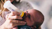 Ein Baby trinkt aus der Flasche
