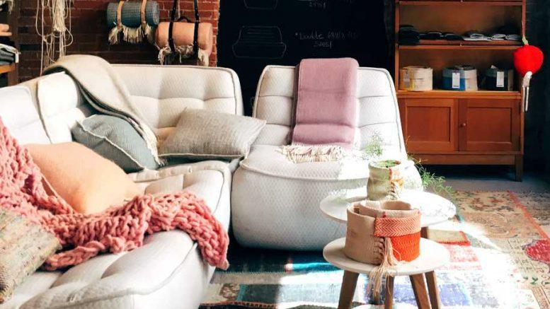 Das Sofa ist sehr gemützlich mit Kissen
