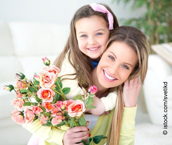Muttertag Mutter und Tochter mit Blumen