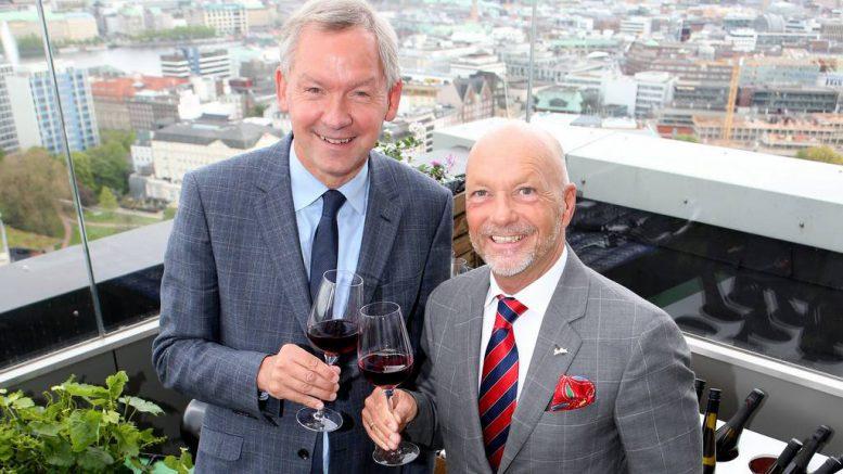 Lutz Marmor mit Oliver Staas im Radisson Blu bei der Eröffnung der Weinbar 26