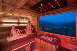 Blick auf die Blockhaus Sauna mit Alpenaussicht