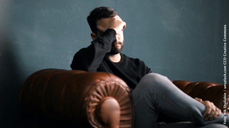 Stress - Mann auf Couch