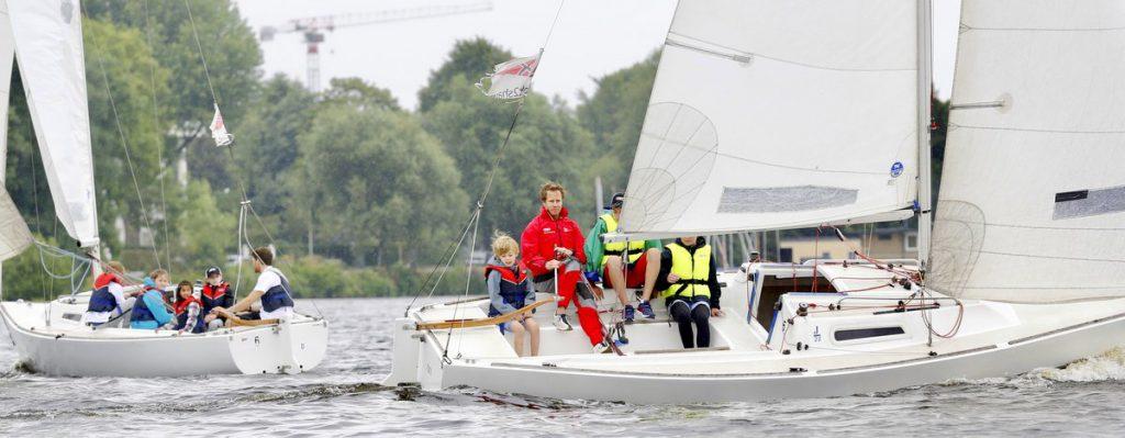 Die Herzpiraten segeln im Segelboot