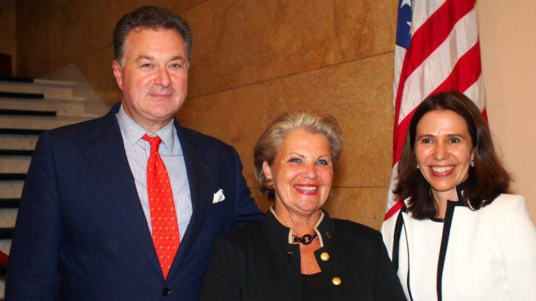 Konsul Michael Gray, Hannelore Lay