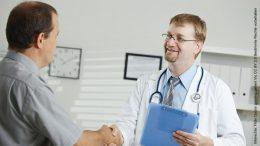 Ein Arzt grüssten Patienten