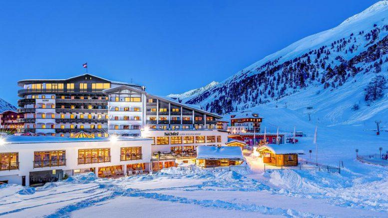 Hotel Hochfirst bei Nacht im Schnee