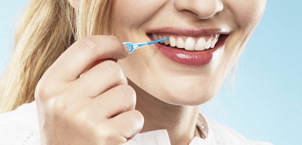 Dentalpflege im kleinen Bürsten