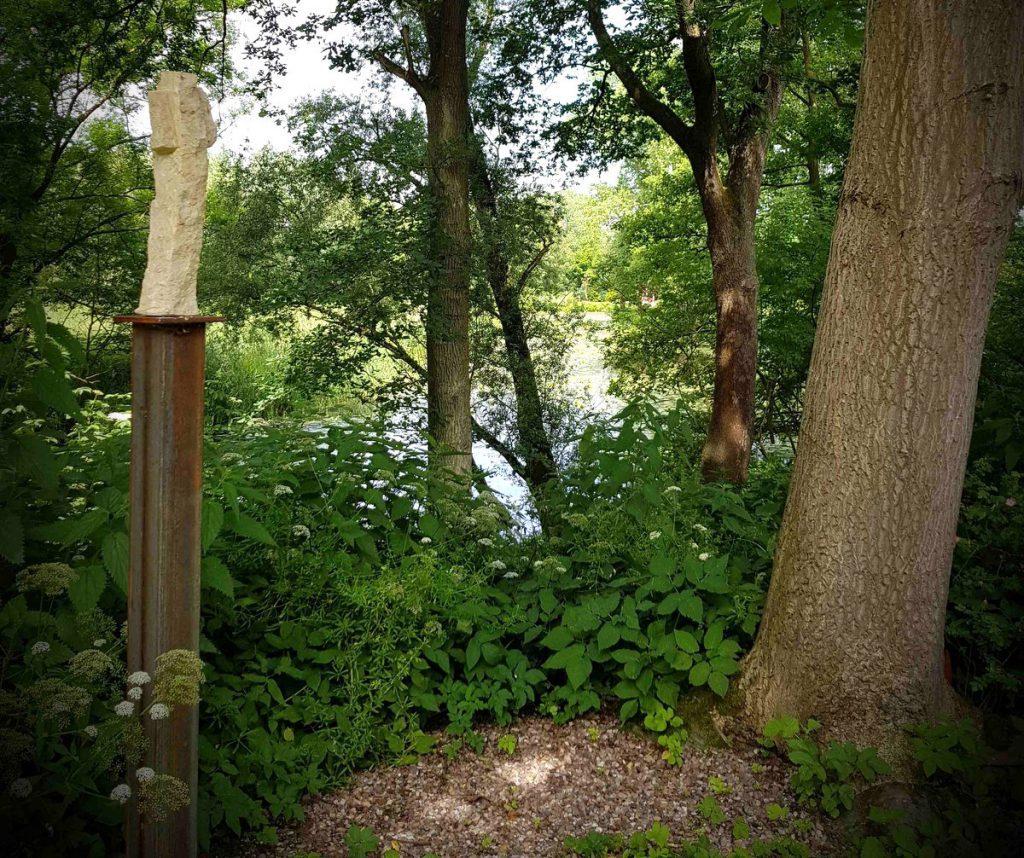 Im Garten: Eine Skulptur von Jan Amelung