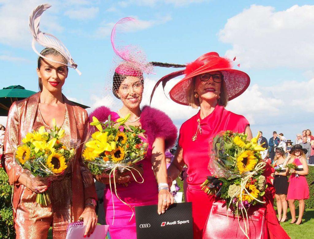 Siegerinnen beim Lady Elegance Hutwettbewerb auf der Rennbahn