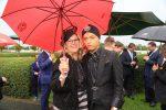 Unter einem Regenschirm Claudia Schulz mit Julian F. Stoeckel