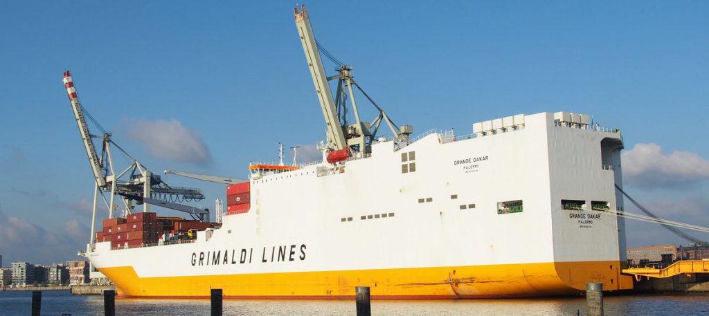 Schiff im Hamburger Hafen am Kai