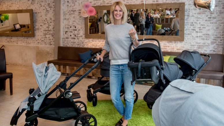 Monica Ivancan mit Kinderwagen in Hamburg