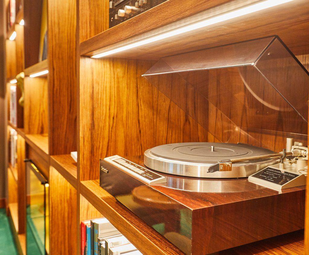 Der analoge Technics Plattenspieler auf der MS Europa 2 in der Collinsbar