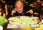 Marek Erhardt mit Fisch in der Showküche