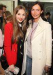 Schaupielerin Theresa Wind und Julia Lucassen - Vernissage der Galerie Roschlaub