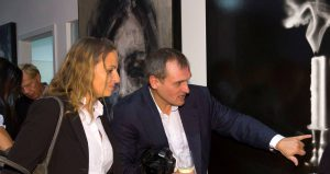 Burkhardt Müller-Sönksen erklärt ein Bild einer Besucherin