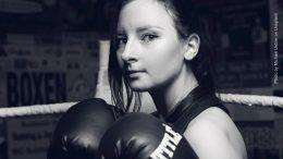 junge Frau beim Boxtraining