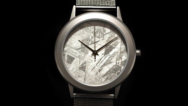 Uhr mit Zifferblatt aus Meteorit