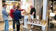 Stand auf dem Hamburger Craftstil Manufaktur Markt mit Besuchern
