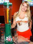 Bier Pitcher in der Hooters Sportsbar