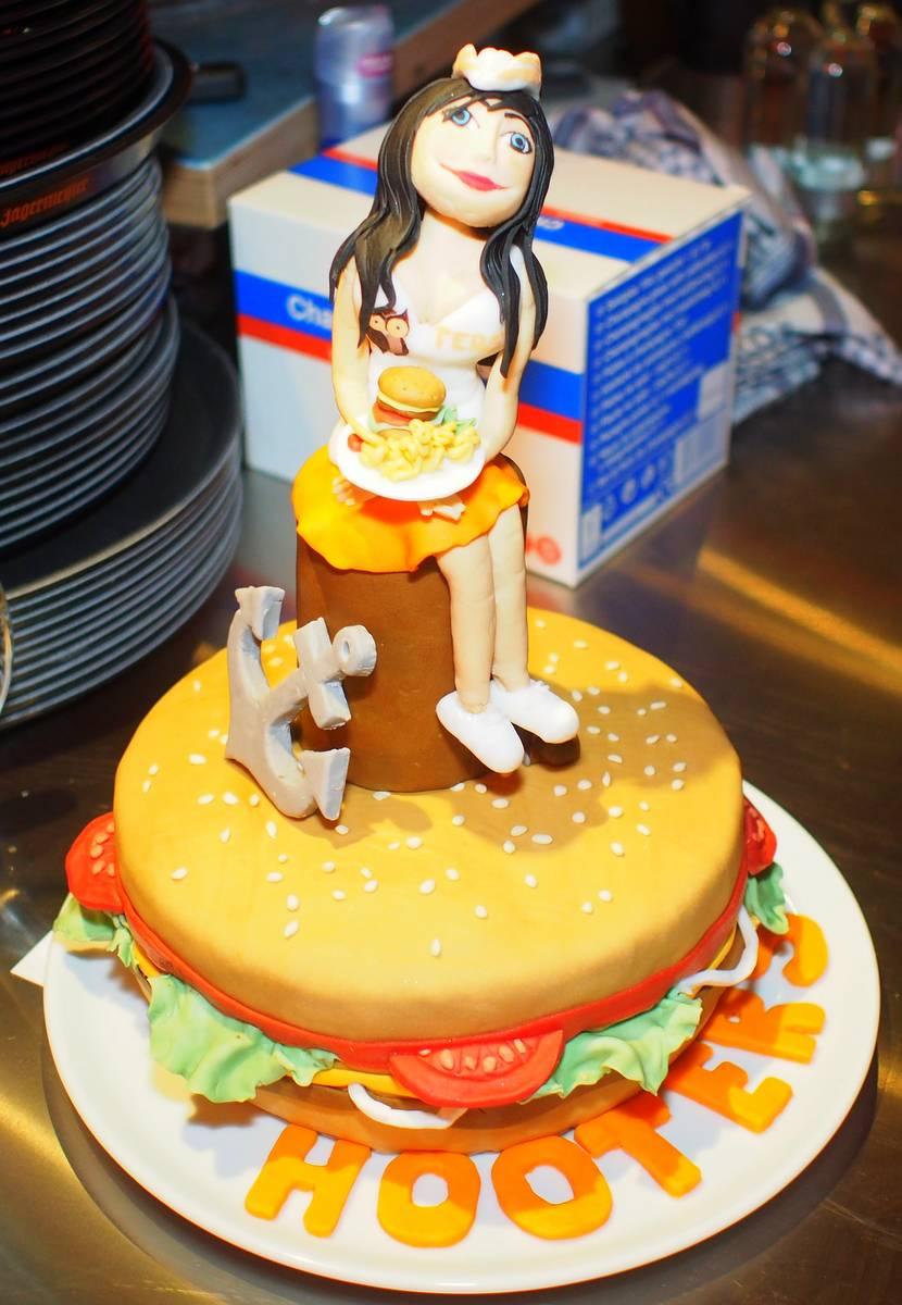 Kuchen zur Eröffnung der Hooters Sportsbar