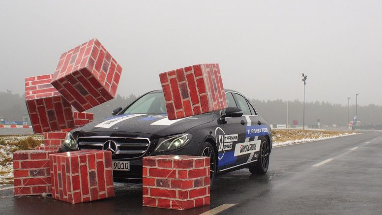 Bridgestone Trainingday - Auto fährt auf Hindernis