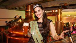 Die Hamburger Bierkönigin 2018 im Blockbräu vor einem Braukessel