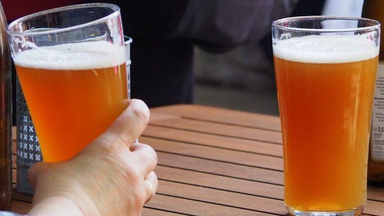 zwei gefüllte Biergläser