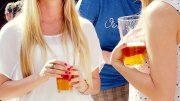 Zwei Frauen mit Biergläsern