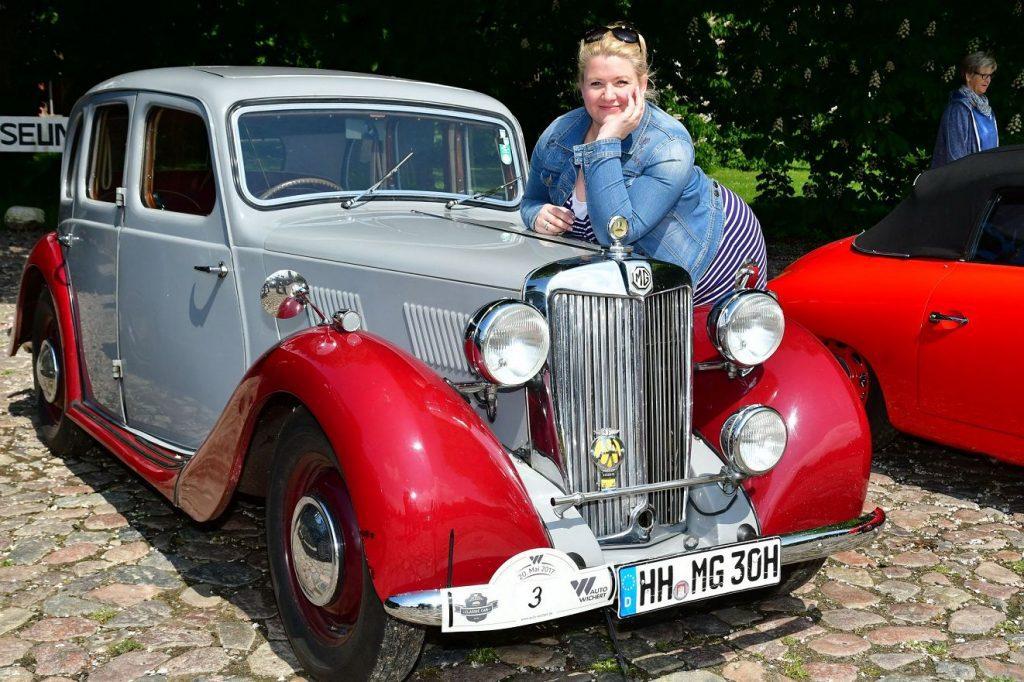 Anke Harnack mit Oldtimer