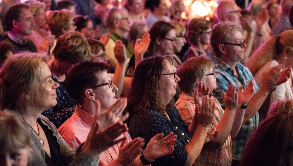 RUDELSINGEN - viele Menschen singen gemeinsam