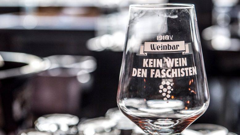 Weinglas mit politischem Motto