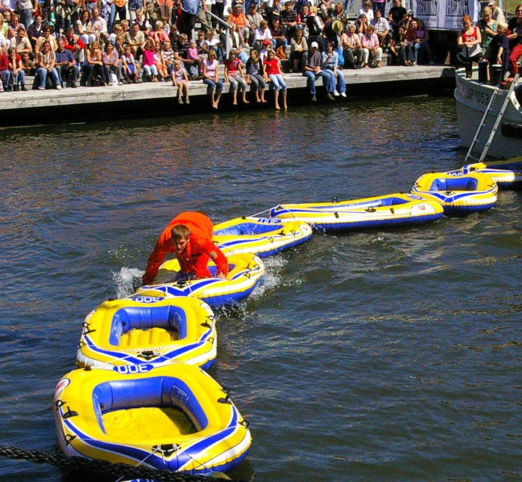 Über Schlauchboote muss der Hafen von Glückstadt überquert werden
