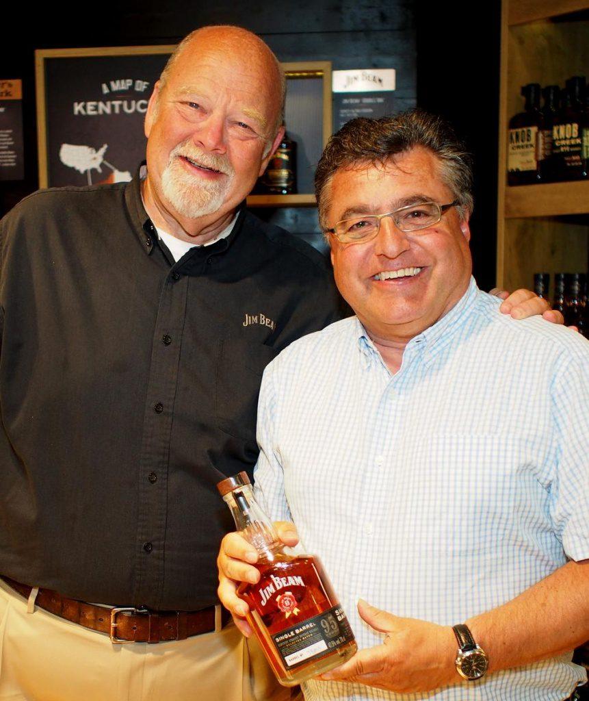 Zwei Männer mit Bourbon-Flasche