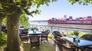 Die Lindenterrasse vom Hotel Louis C. Jacob bester Blick auf die Elbe mit Containerschiff