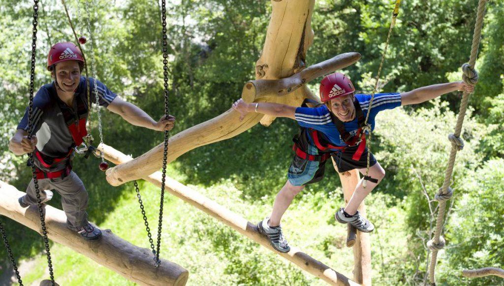 Zwei Frauen im Kletterpark