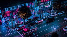 Straßenszene in Japan in der Nacht