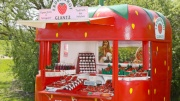 Ein Verkaufsstand für Erdbeeren in Form einer Erdbeere