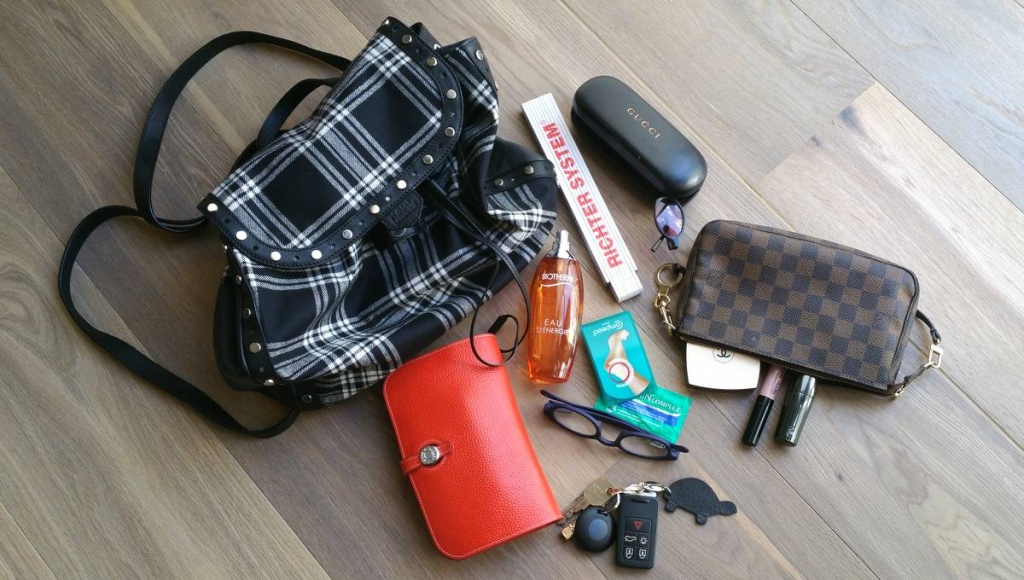 Eine Damenhandtasche mit Inhalt