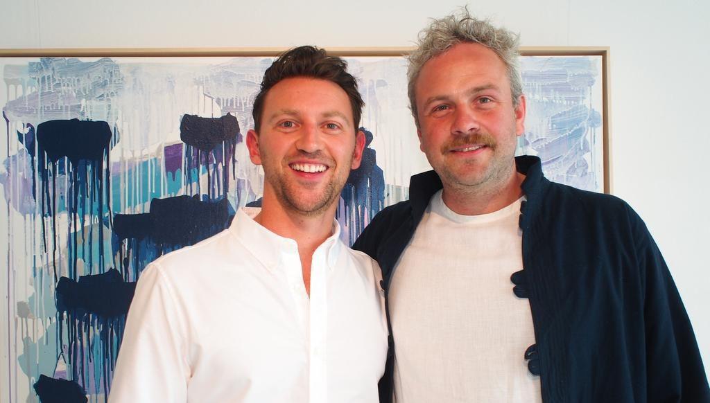 Paul Schrader mit Sebastian Drechsler vor einem Bild