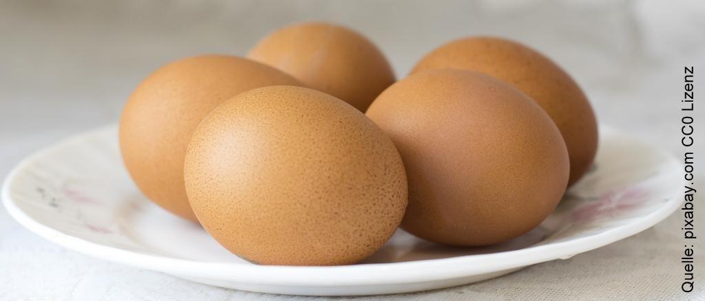 braune Eier auf dem Teller