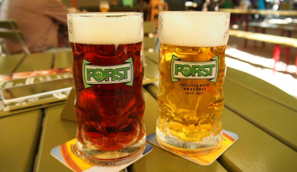 Zwei Forst Biergläser