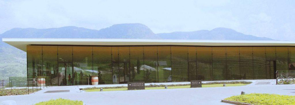 Das moderne Verwaltungsgebäude der Weinkellerei Meran