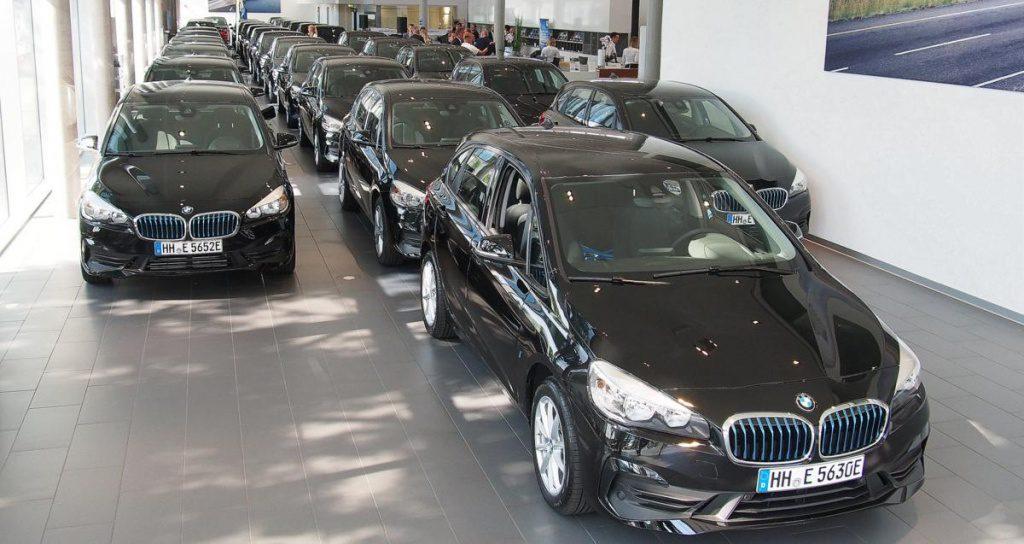 30 BMW in der Ausstellungshalle