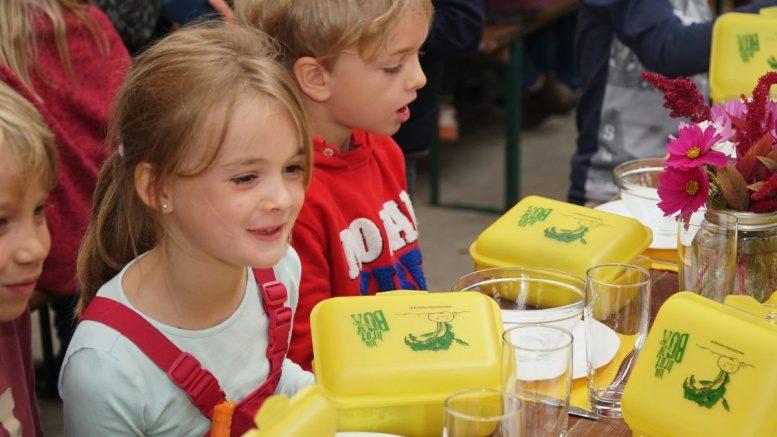 Kinder mit Bio-Brotboxen am Starttag