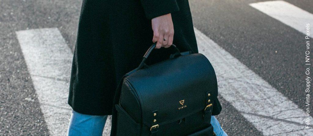 Frau mit Tasche