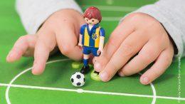 Fussball spielen mit Playmobilfigur