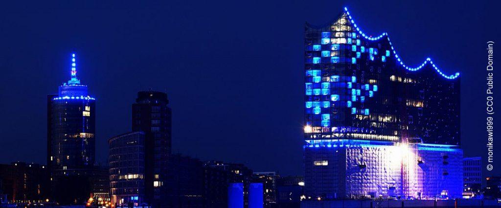 Die Hafencity blau erleuchtet