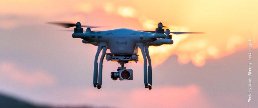Eine Drohne fliegt am Abend