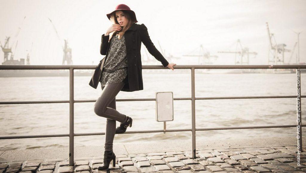Frau am Hamburger Hafen im Morgennebel